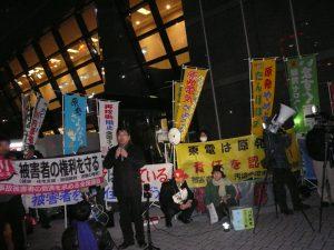 東京電力本店前では、3月10日、11日の二日間連続で、追悼と抗議の集会が開かれ、「東京電力は福島原発事故の責任をとれ!」「柏崎刈羽原発再稼動するな!」「汚染水止めろ!」の声をあげた。参加者は10日300人、11日510人。スピーチする福島原発告訴団副団長の佐藤和良さん。2016年3月11日