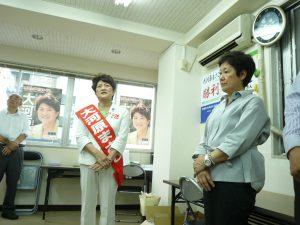 飯田橋の選挙事務所での出発式。右は、東京・生活者ネットワーク代表委員で都議の西崎光子