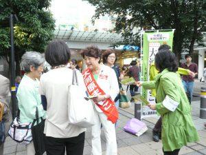 成城学園前駅で、市民の方々と対話する大河原まさこさん。6月22日