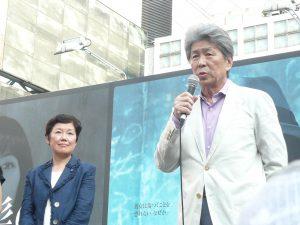都知事選にのぞむ政策について語る鳥越俊太郎さん。左は、この演説会の進行を担当した、東京・生活者ネット代表委員で都議の西崎光子。7月18日、渋谷駅前