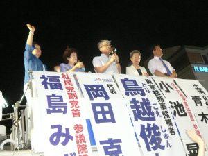 「東京都知事にしたい人は、鳥越俊太郎さんしかいない!」と最後の応援アピールをする山口二郎法政大学教授。作家の澤地久枝さんも、瀬戸内寂聴さんからの応援メッセージをもってかけつけた。7月30日