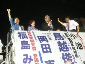 「みなさんの力で当選させてほしい!」選挙戦最後の訴えをする、東京都知事候補の鳥越俊太郎さん。左は、最終街頭演説会の司会進行をつとめる、東京・生活者ネット代表委員/都議会議員の西崎光子。7月30日