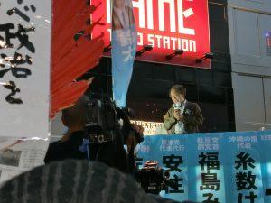 市民連合を代表して鈴木候補の応援にかけつけられた佐藤学さん(学習院大学教授)は、「昨年9月19日、戦争法案が強行採決された、戦争ができる国になってしまったその日を今も忘れることはできない。私たちは、その暴挙に対する怒りを、今回の選挙で再び結集しよう」と話を起こされ、「この選挙を安倍政権を倒す新たなスタートにしよう、ともに大きな仕事を成し遂げよう」と結ばれました。10月20日、池袋西口