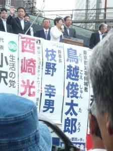 鳥越俊太郎都知事候補を応援する「野党5党合同演説会@有楽町イトシア前」で応援の弁に立つ、野党5党の国会議員、ネット代表委員ら。7月22日、有楽町