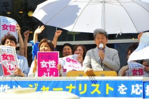 「みんなに都政を取り戻す仕事をしていきたい」ときっぱり決意を述べる、鳥越俊太郎都知事候補。鳥越さんの左は、東京・生活者ネット都議会議員の山内れい子と練馬・生活者ネット前区議会議員のきくちやすえ。7月29日、渋谷駅ハチ公口で