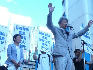日曜日の歩行者天国につめかけた、おおぜいの若者、市民にむけてアピールする、鳥越俊太郎都知事候補。左は、この日司会をつとめた、東京・生活者ネット代表委員の西崎光子都議。7月24日、新宿伊勢丹前