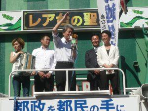 民進党参議院議員の蓮舫さん、福山哲郎さんの応援をうけて、政策を訴える、都知事候補の鳥越俊太郎さん。7月30日