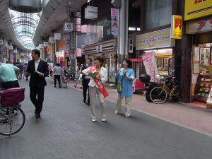 板橋区の大山商店街を、板橋ネット区議の五十嵐やす子とともに、ねり歩きする大河原まさこさん。6月30日