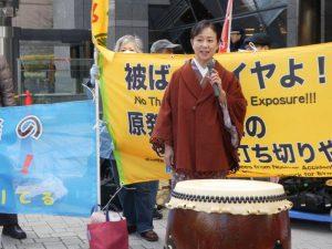 毎月定例で取り組まれ、第42回となる「東電本店前合同抗議」が、事故から6年の3月11日開催された。参加者600人。「東京電力は福島原発事故の責任をとれ!」「柏崎刈羽原発再稼働するな!」「汚染水止めろ!」「被災者に補償しろ!」など、参加者が次々に訴えた。「あきれはてても、あきらめない」と語る、福島県いわき市出身の講談師、神田香織さん。ルポライターの鎌田慧さん、作家の落合恵子さん、福島原発被害東京訴訟原告団長の鴨下祐也さん、避難の協同センターの松本徳子さん、双葉町から避難している亀屋幸子さん、たんぽぽ舎の山崎久隆さん、柳田真さんらが、アピール。多摩川太鼓の演奏、沖縄三線やギターの弾き語り、日本音楽協議会の歌、ドンパン節の踊りなども